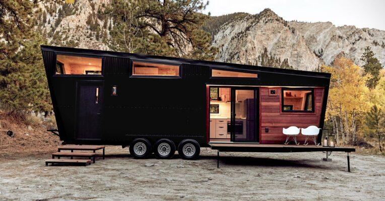 caravana de diseño negro en el campo