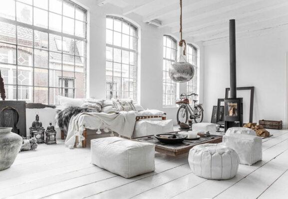 estilo decoracion con sofas blancos y suelo laminado blanco