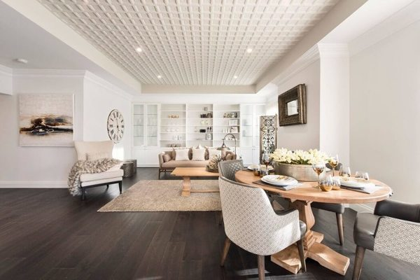 mesa comedor con salon al fondo y techo de yeso