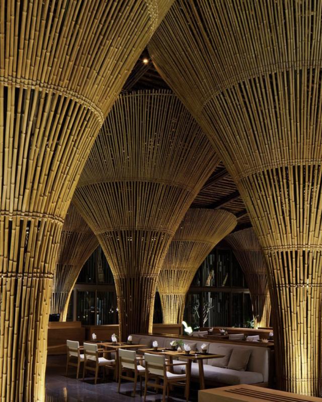 restaurante con columnas y techos de bambu