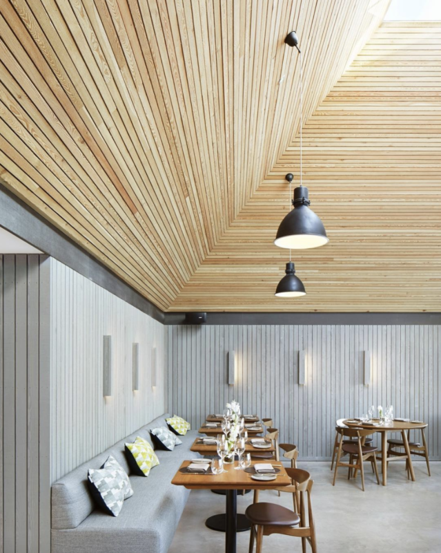 restaurante con techo de madera