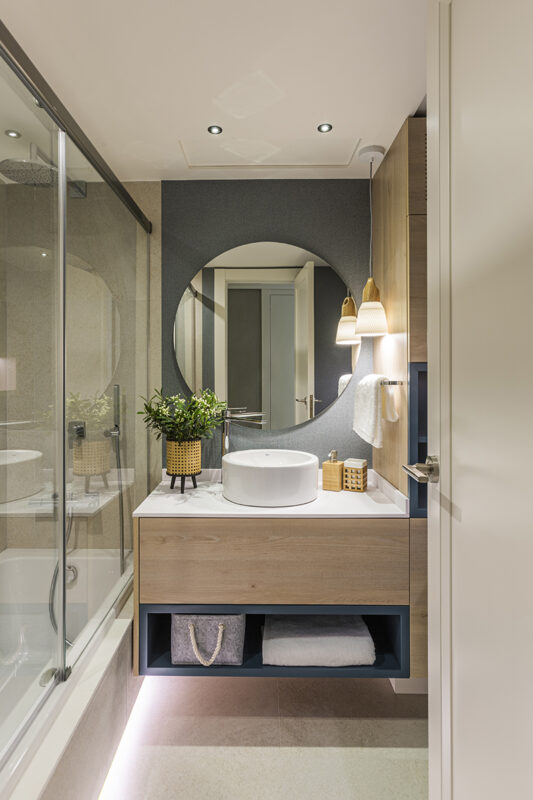 lavabo en color madera con papel pintado