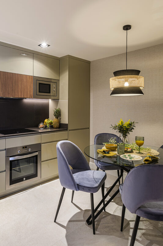 sillas y mesa en cocina de diseño