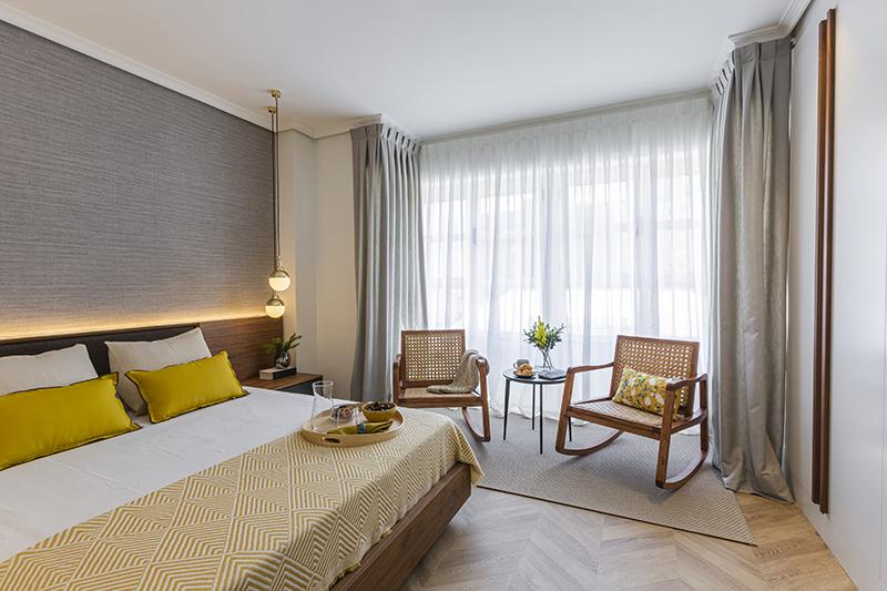 cama son sillas en habitacion principal