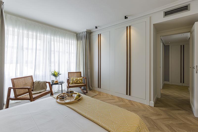 habitacion principal con sillas y armario