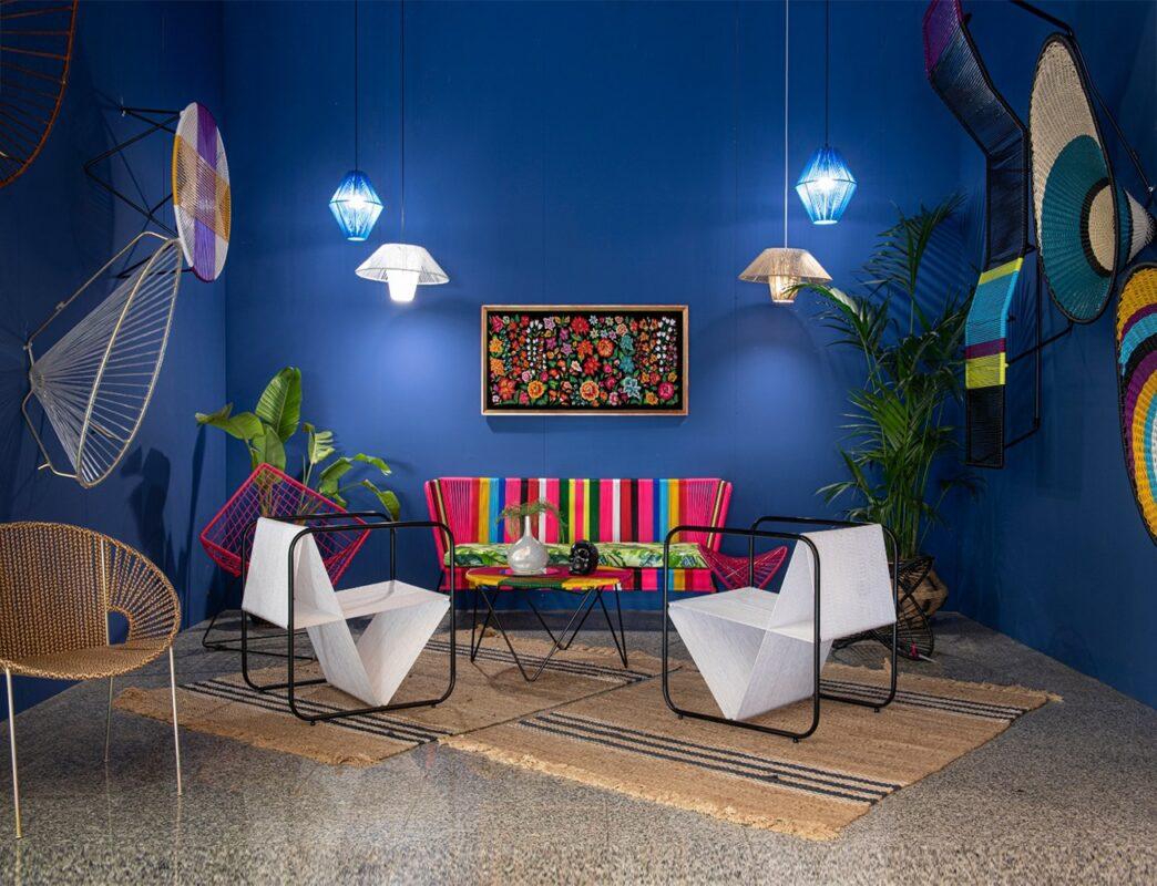 sala de estar con pared azul