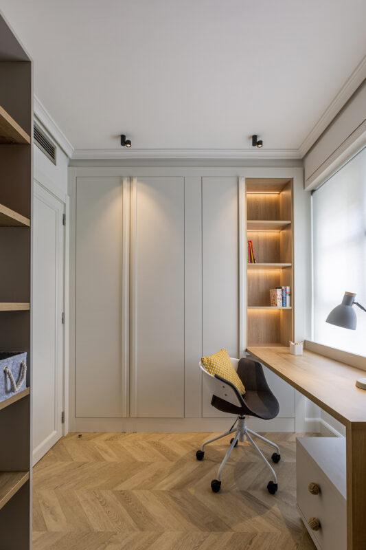 habitacion infantil con estanteria y escritorio
