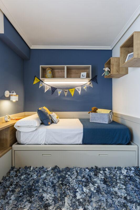 habitacion infantil con cama azul y blanca