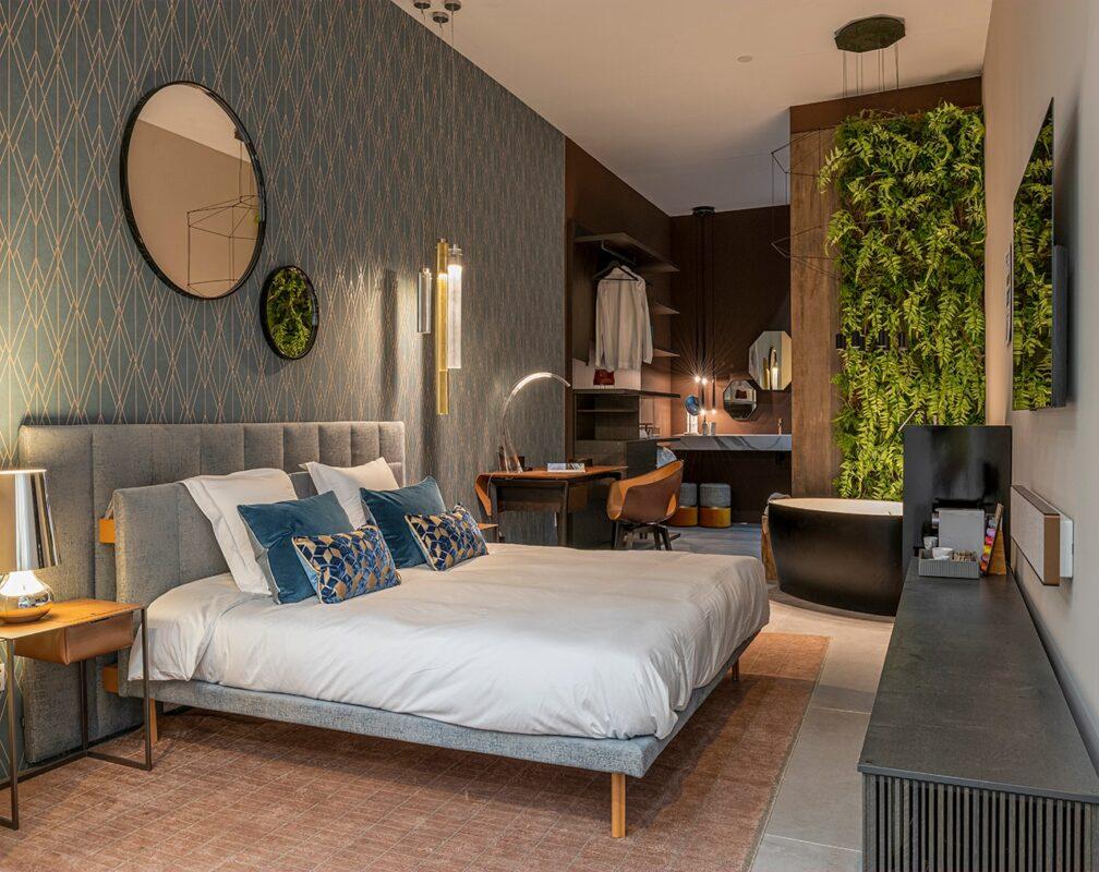 habitacion hotel con cama y mesa