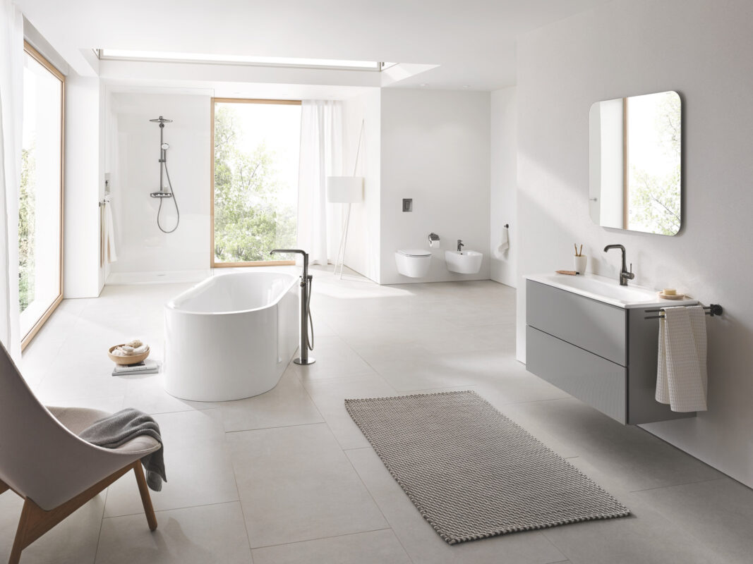 gran cuarto de baño con ventanas