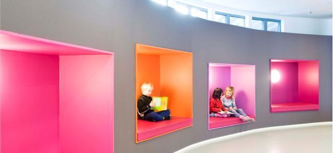 Escuela infantil con cubos de colores