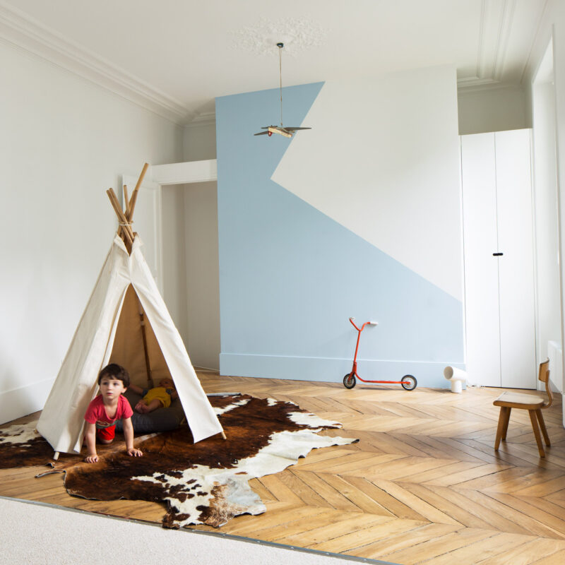 habitación infantil con cabaña