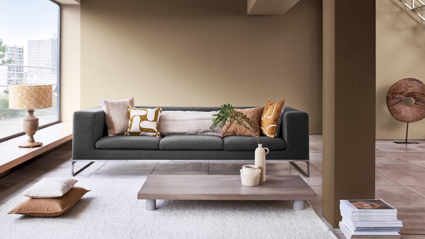 salon con sofa y pared gris