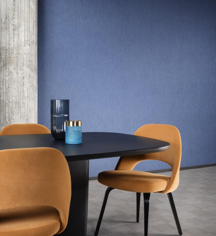 mesa comedor con papel pintado azul