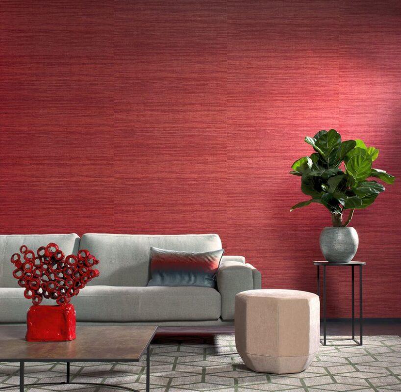 salon con sofa y papel pintado rojo