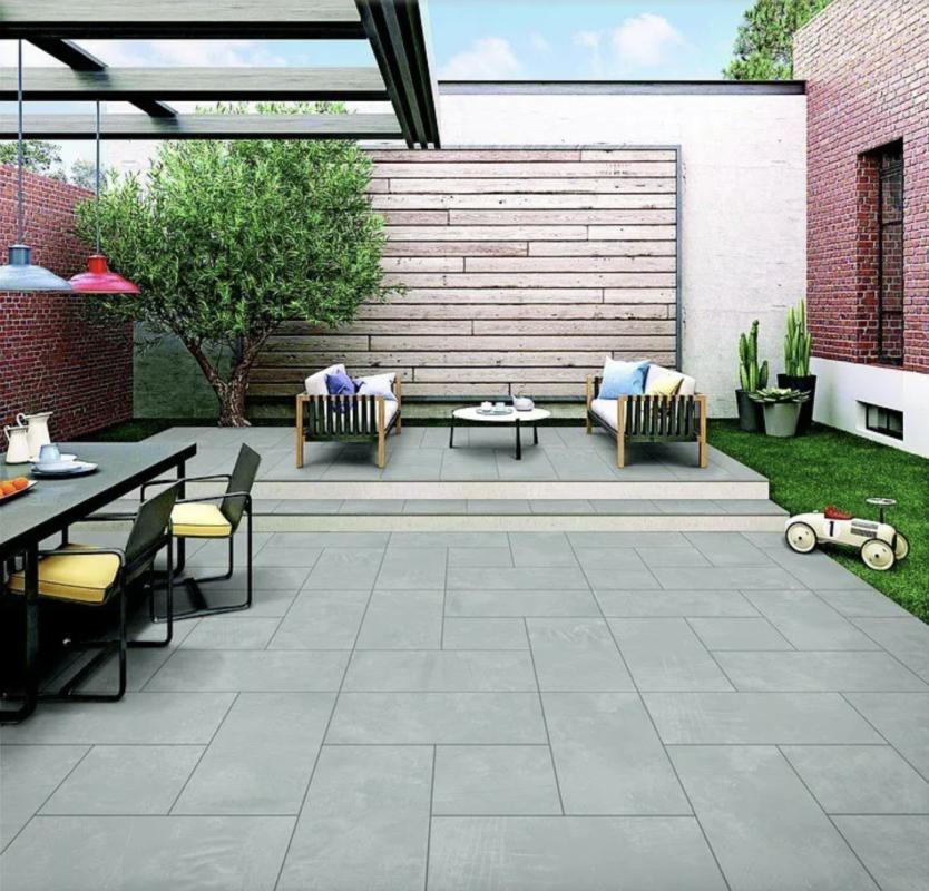 patio interior amplio con sillas y mesas