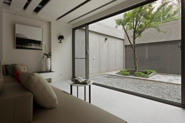 patio interior con arbol y suelo de piedra