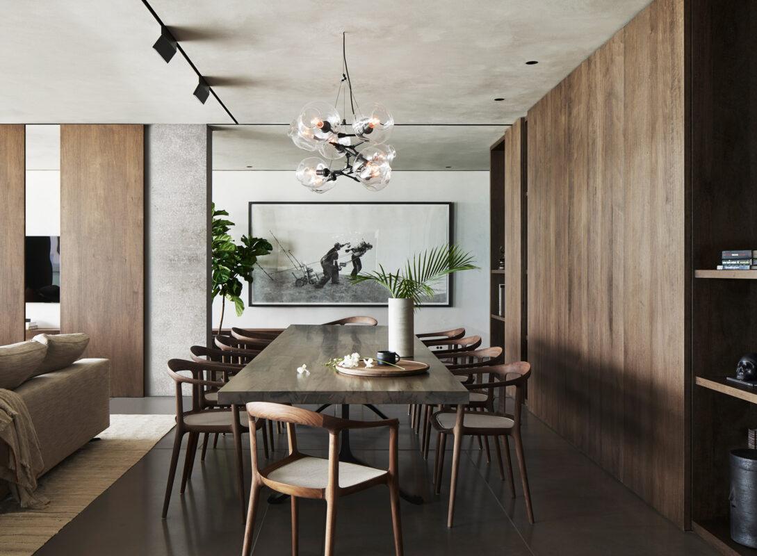 mesa con sillas en comedor