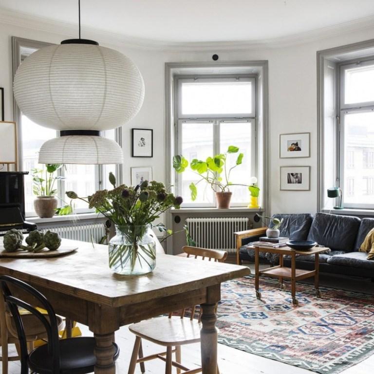 mesa salón con sofa y alfombra