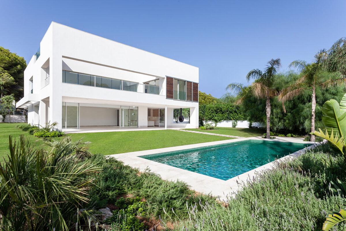 chale con piscina y jardin
