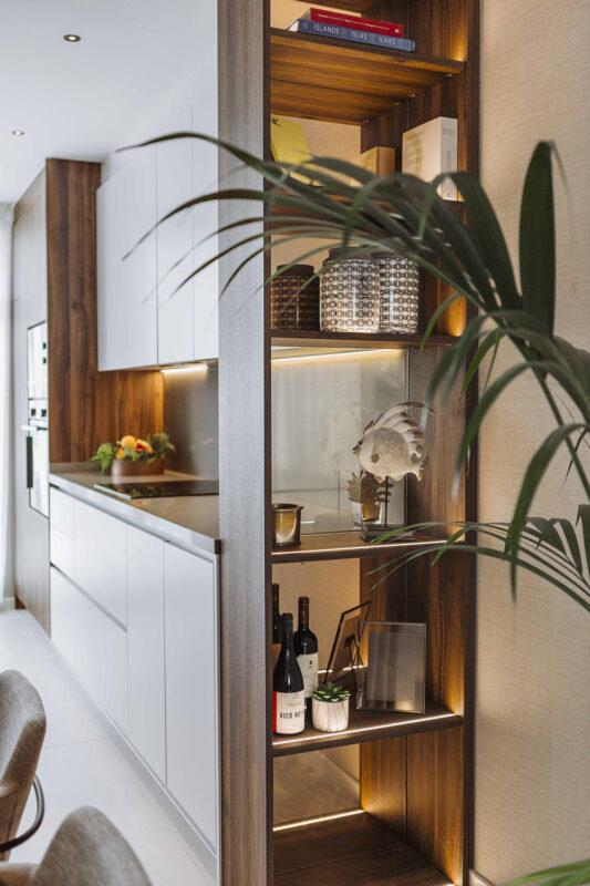 cocina con estanteria