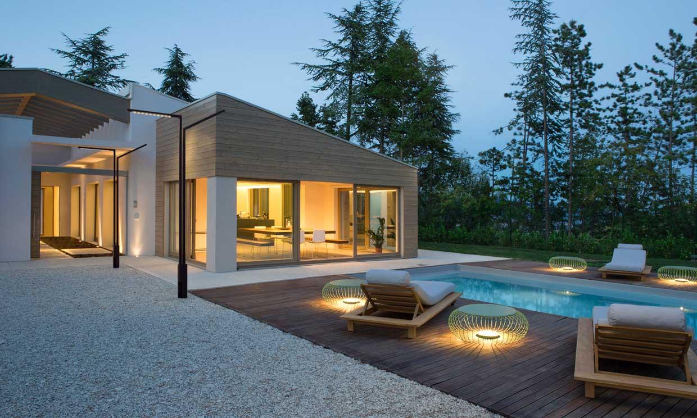 chalet de diseño iluminado con piscina